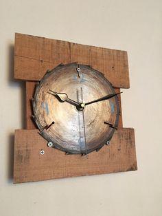 Sierra para madera recuperada rústico reloj de por RuggedSpokes