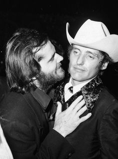American actors Jack Nicholson and Dennis Hopper talk at an Academy Awards after party, Los Angeles, California, April Singer Michelle Phillips stands in the foreground. (Photo by Max Miller/Fotos International/Getty Images) Jack Nicholson, Michelle Phillips, Phillips Phillips, Last Tango In Paris, The Last Movie, Shirley Maclaine, Liza Minnelli, Photo Vintage, Vintage Photos