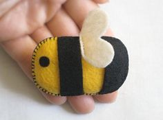 Pin Ornament, this eco felt fuzzy bee will sure delight anyone. And soon, in a mobile too! Bee Crafts, Sewing Crafts, Sewing Projects, Felt Owls, Felt Animals, Felt Patterns, Crochet Patterns, Felt Brooch, Bee Theme
