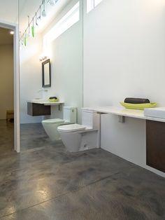 Ogromne lustro na całą wysokość ściany - dobre rozwiązanie w mniejszych łazienkach. #bathroom #design #interior #amazing #bath #water #sophisticated #beautiful #minimalist