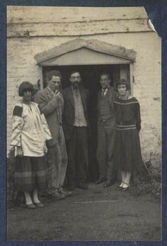 U.K. Bloomsbury Group. Dora Carrington, Ralph Partridge, Lytton Strachey, Oliver Strachey, Frances Partridge, 1923.  Let's see...Dora was married to Ralph but loved Lytton who loved Ralph who loved Frances.