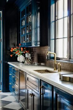 Blue, white and gold butlers feature glossy blue cabinets with brown hive tiles … Blue, white and gold butlers feature glossy blue cabinets with brown hive tiles on a perimeter wall with a window over an antique brass sink faucet. - Own Kitchen Pantry Interior Exterior, Interior Design Kitchen, Kitchen Decor, Kitchen Ideas, Küchen Design, Layout Design, House Design, Cocina Office, Blue Cabinets