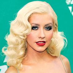 Pin Curls Christina Aguilera - Which star do you think is the best tressed? 50s Hairstyles, Wedding Hairstyles For Long Hair, Curled Hairstyles, Vintage Hairstyles, Classy Hairstyles, Popular Hairstyles, Christina Aguilera, Long Hair Wedding Styles, Long Hair Styles