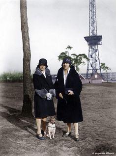 Zwei modisch gekleidete Frauen 1929 vor dem wenige Jahre zuvor errichteten Berliner Funkturm.