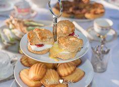Scones mogen bij een 'echte' high tea niet ontbreken. Het zijn stevige kleine broodjes zonder gist die meestal worden geserveerd met clotted cream — een ...