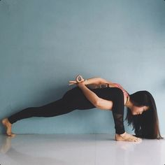 What Is Reverse Prayer Yoga And What Are Its Benefits? What Is Reverse Prayer Yoga And What Are Its Benefits? What Is Reverse Prayer Yoga And What Vinyasa Yoga, Yoga Positionen, Yoga Meditation, Yoga Flow, Kid Yoga, Yoga Positions For Beginners, Yoga For Beginners, Beginner Yoga, Advanced Yoga