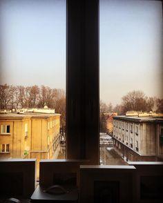 Niedzielne poranki należą do kawy i książki. Czasami do kawy i pracy. Najczęściej do kawy. Widok z okna na dachy uspokaja. Polecam każdemu. #nowahuta #goodmorning #dziendobry #smog #kawa #instaphoto #sunrise #city #krakow