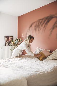 Decorando com a Si : Tendência 2019: os tons terrosos na decoração Bedroom Inspo, Home Bedroom, Bedroom Decor, Bedrooms, Bedroom Wall Colors, Feature Wall Bedroom, Karen, Amsterdam, Pink Walls