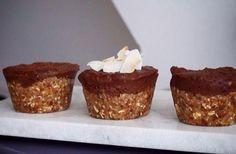 Forkæl dig selv i weekenden med disse sunde raw muffins med karamel og chokolade på topppen. Mmm... Find opskriften her!