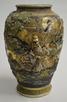 Vaso de porcelana japonesa Satsuma imperial, decorado em relevo policromado com figurais de imperado