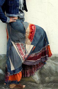 Jupe patchwork de fou banjara. À partir de jupe en Jean recyclé et vêtements, tissus en banjara Inde. Style ethnique boho hippie. Style de Banjara. Doublure. Recomposé, upcycled. Très longue. Lun des types. Taille: M (36-38 européen) un peu streching Tour de taille (ou EPU hanches) max 32 pouces (82 cm) Hanches max 40 pouces (102 cm) Longueur environ 38 pouces (97 cm)