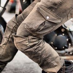 ———————————————— MOTORPOOL motopants Picture by Chris Logsdon @iam_lgd Please visit www.caferacerxxx.com @caferacerxxx and look for their 'Review' on Motopool Moto...