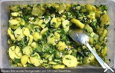 Kartoffelsalat mit Gänseblümchen und Löwenzahn