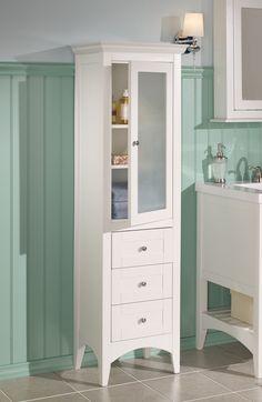 Choose #tiles of white tones that will combine beautifully with the #green of a Charm style room.   Optez pour des #tuiles dans des tons de blanc pour harmoniser les murs verts d'une pièce de style Charme. #powderroom #salle_deau #cabinet #armoire
