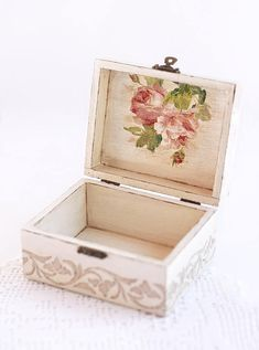 Decoupage jewelry box, Wooden keepsake storage box, Trinket box - ❤ DESCRIPTION This wooden jewelry box is a handmade item decorated in decoupage technique. Decoupage Box, Decoupage Vintage, Napkin Decoupage, Cigar Box Art, Altered Cigar Boxes, Painted Wooden Boxes, Tea Box, Wooden Jewelry Boxes, Wood Creations
