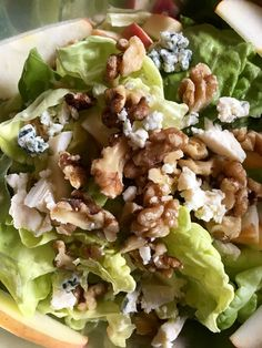 Na prvý pohľad sa vám môže zdať, že doň idú suroviny, ktoré do zeleninového šalátu nepatria. Keď ho urobíte, budete prekvapení vyváženosťou chutí a ako sa to vlastne všetko k sebe perfektne hodí. Potrebujeme na cca 2 porcie: 1/2 hlávky ľadového šalátu 1 zrelá sladká hruška 1 hrsť vlašských orechov 10 dkg syra s modrou plesňou Na zálievku: 2 lyžice olivového oleja šťava z pol citróna 1 menšia lyžica medu trošku soli, ale nemusí byť, lebo syr je slaný Príprava: Šalát natrháme na menšie k...