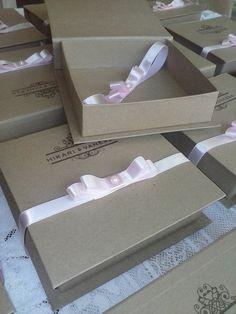 Caixa convite box estilo rústico tamanho 16x16x4  vendo somente a caixa personaliza e laço. Produção em cartonagem e revestida com papel.    Com laço acréscimo de 2,00    Dúvidas contate o vendedor    ******Pedido minimo 10 unidades*********** R$ 6,80