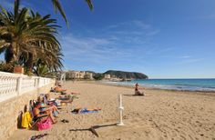 Strand l´Ampolla in wintertijd. Uit de wind en in de zon kan er ook in de wintermaanden genoten worden van de spaanse zon.