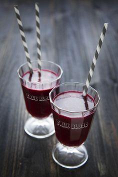 "100% Végétal: Dark side of the food ! Super healthy ""True Blood "" drink make of violet black iced tea mixed with blueberries. Thé noir glacé à la violette et mélange de mures."