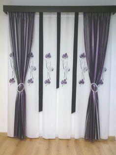 cortina de tabla ancha, con aplicación de piel en tonos morados, negros y plateados, caidas de fantasia en los mismos tonos, detalle entre tablas de color negro, galeria de madera.