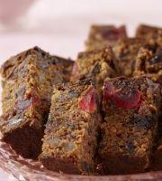 Lekkerste, klam vrugtekoek - World Cuisine Audition Easy Cake Recipes, Sweet Recipes, Baking Recipes, Dessert Recipes, Desserts, Ma Baker, Bakewell Cake, South African Recipes, Mango Mousse