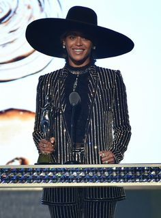 Beyonce Knowles Photos - Beyonce accepts The CDFA Fashion Icon Award onstage at the 2016 CFDA Fashion Awards at the Hammerstein Ballroom on June 2016 in New York City. - 2016 CFDA Fashion Awards - Show Tina Knowles, Beyonce Knowles Carter, Beyonce And Jay Z, Solange Knowles, Destiny's Child, Look Star, Cfda Awards, Bet Awards, Lifestyle