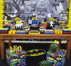 O homem-morcego foi o tema da festinha do Leo, decorada pela Invento Festa! O universo do personagem foi super bem representado na mesa principal, com dire