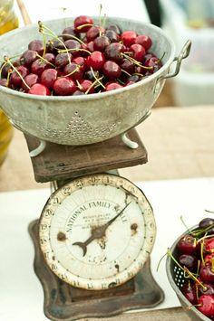 Vintage kitchen scale and an old colander of dark, sweet cherries Vintage Love, Vintage Decor, Vintage Heart, Vintage Items, Old Scales, Dessert Buffet, Fruit Dessert, Down On The Farm, Country Kitchen