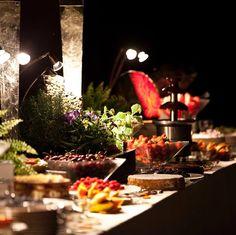 Un goloso angolo con fontane di cioccolato, frutta intagliata e piccole cakes da degustazione #cakes #chocolate