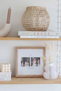 Décorez votre étagère avec de la déco élégante et un joli cadre personnalisé avec vos photos préférées Decoration, Interior Design, Wood, Frame, Photos, Home Decor, Architecture, House Decorations, Cadre Photo