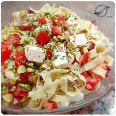 Tallarines con queso feta, tomate y pistachos en 15 minutos. http://amantesdelacocina.com/cocina/2014/07/tallarines-con-queso-feta-tomate-y-pistachos/