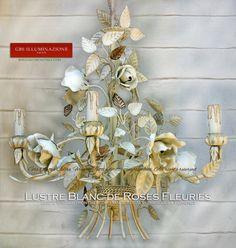 Blanc sur Blanc   GBS  Lustre Blanc de Roses Fleuries Blanc sur Blanc Roses blanches en blanc porcelaine, feuilles en blanc à la détrempe ancienne, lustre blanc ivoire. Lustre à 4 lampes avec des détails en or effet froissé, rosiers grimpants sur les bras et le corps du lustre.  Fer forgé décoré à la main. GBS Made in Italy