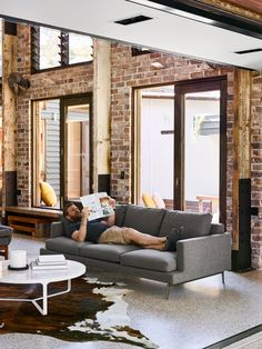Industrial glass house residence with an open Layout Brisbane-based Design company Maytree Studios designed this Glasshouse residence, simple but stylish. Masculine Apartment, Brisbane Architects, Terrazzo Flooring, Open Layout, Industrial House, Exposed Brick, Glass House, Commercial Interiors, Living Room Modern