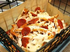 Tiempo total: 21 minutos.Porciones: 4  Ingredientes  1 bolsa de papas fritas congeladas ½ taza de salsa para pasta. ¾ taza de queso mozzarella rallado ¼ taza de pepperoni en rodajas delgadas  Instrucciones
