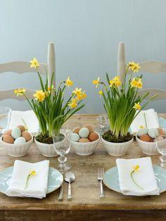 jonquilles, œufs et serviettes blanches sur la table en bois
