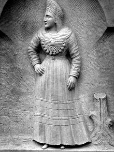 Bild einer Frau in Föhrer Tracht auf einem Grabstein auf dem Friedhof der evangelischen St.-Johannis-Kirche in Nieblum, Föhr, Schleswig-Holstein #Foehr