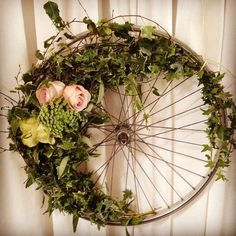 bike wheel flower wreath with ivy- Spring is all about the romance! And what is more romantic than door decor that evokes the early 1900s with its bicycle wheel, ivy, and roses?