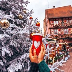 Ballade dans les rues de Colmar Baby, it's cold outside! Christmas Feeling, Cozy Christmas, Little Christmas, Christmas Colors, Christmas Photos, Christmas Time, Christmas Decorations, Christmas Scenery, Christmas Things