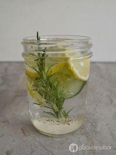 Agua con romero, limón y pepino (agua infusionada)