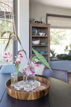 Maak je keuken gezellig door een mooie kast met wat (gekleurd) servies erin. Een ronde tafel zit erg gezellig. Wil je ook kleur en interieuradvies van STYLING22? Bel of mail.