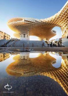 Lo moderno convive con lo de siempre, en Sevilla.