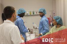 Profesor del programa Técnico en Cuidado Cardiorespiratorio durante un laboratorio con algunos estudiantes.