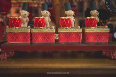 Para festejar o aniversário de um ano do Felipe, a Rafaela da Atelie Dona Dondoca preparou uma linda festinha com o tema Soldadinho de chumbo, conto de fadas escrito por Hans Christian Andersen. A mesa de doces, marcada pelo azul e vermelho ficou ainda mais encatadora com as peças decorativas.Local: Condomínio Padre Arnóbio | Decoração:Atelie Dona Dondoca| Bolos e doces decorados: Lepetitsabores | Painel:Pro Diitial| Flores:Vida em Flor| Peças:Festalito | Papelaria (convite e tags)…