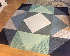 Super easy quilt top for beginners {Heather's Handmade Life} - Super easy quilt top for beginners {Heather's Handmade Life} Beginner Quilt Patterns, Quilting For Beginners, Quilt Block Patterns, Beginner Quilting, Triangle Quilt Pattern, Half Square Triangle Quilts, Square Quilt, Big Block Quilts, Boy Quilts