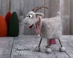 Su un día hermoso y esta cabra fieltro de aguja es feliz como puede ser, ella tiene su tonto de vientre de trébol fresco y hierba, y sus ubres llenas de leche de cabras dulce. ¿Alguien listo para queso cabra sabroso? Esta cabra haría una hermosa decoración para tu casa, chalet,