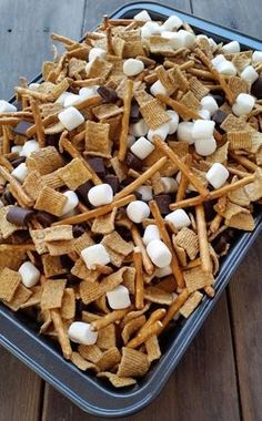 Smores Snack Mix – Three Kids and a Fish Quick Smores Snack Mix. I think this would be even better after 5 minutes in the oven to let everything melt a bit. What a yummy, easy snack or delicious summer dessert for kids. Snack Mix Recipes, Yummy Snacks, Gourmet Recipes, Yummy Food, Healthy Recipes, Cake Recipes, Trail Mix Recipes, Cooking Recipes, Party Recipes