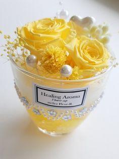 こちらはアロマワックスをベースにしたフラワーカップです。 最近メディアでアロマワックスサシェが紹介されて、とても人気が出てきましたね。カップの中は、ゼリーキャンドル、ソイワックス、みつろう(すべて国産) 火を灯さないキャンドルという感じです。トップの花は... Candle Wax, Soy Candles, How To Preserve Flowers, Green Garden, Candle Making, Dried Flowers, Diy And Crafts, Soap, Gardening