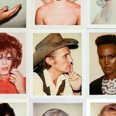 Son muchas las imágenes que encontramos a lo largo de la historia las cuales nos muestran pequeñas joyas de los años 60 y 70. Sin duda esta increíble colección de polaroids tomadas por el artista Andy Warhol nos dan un aire de como eran algunas de las personalidades mas famosas de la historia en aquellos años. Gracias a stoned immaculate vintage e imaginando que se las encontraron en un contenedor de basura, podemos disfrutar de un archivo casi histórico. ¿Cual es vuestra favorita?