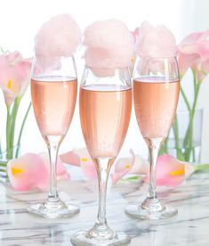 Rosé champagne is topped with fresh cotton candy for a beautiful cocktail perfect for a garden party, wedding, or any other special event. The cotton candy will dissolve when it hits the champagne, creating a sweet champagne cocktail. Cotton Candy Drinks, Cotton Candy Cocktail, Cotton Candy Champagne, Sweet Champagne, Cocktails Champagne, Beste Cocktails, New Year's Eve Cocktails, Champagne Balloons, Champagne Party