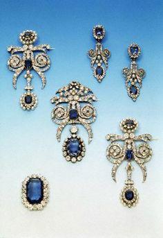 Orecchine e quattro spille della parure di zaffiri e diamanti della Regina Marie Amelie dei Francesi